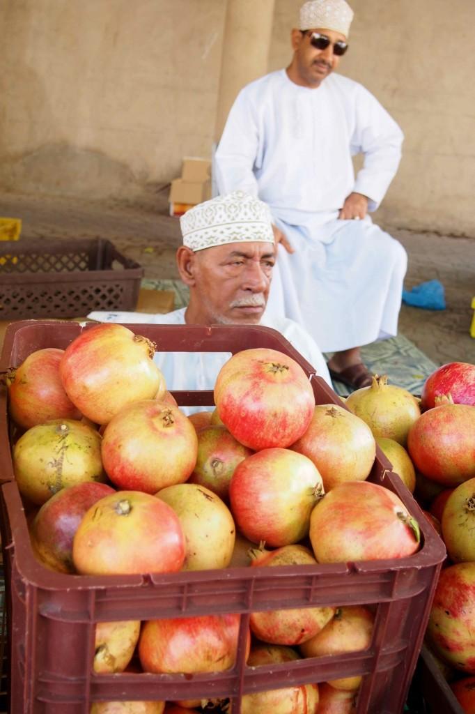 Venditore di melograni Souq Nizwa