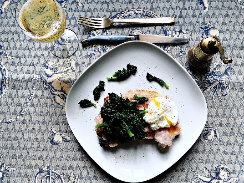 Uovo pochée con pancetta arrotolata Fior Fiore e spinacini croccanti 2