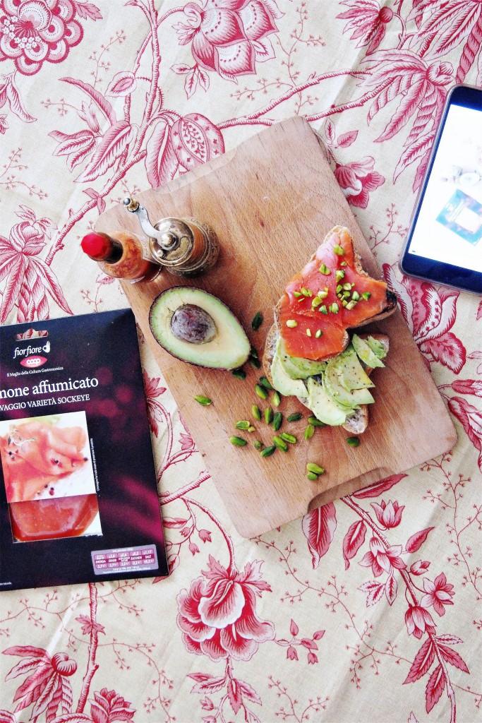 Toast con avocado salmone selvaggio Sockeye e pistacchi