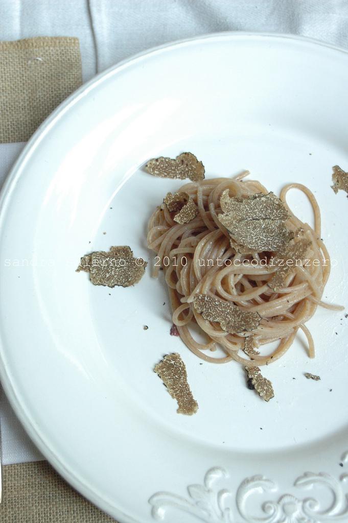 Spaghetti Monograno farro Felicetti con burro alle acciughe e </a>tartufo nero