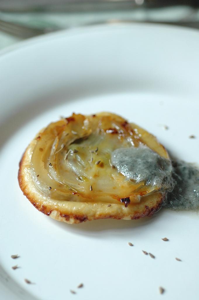 tatin finocchio caramellato al miele di Cardo e semi di anice con salsa al blu del Moncenisio