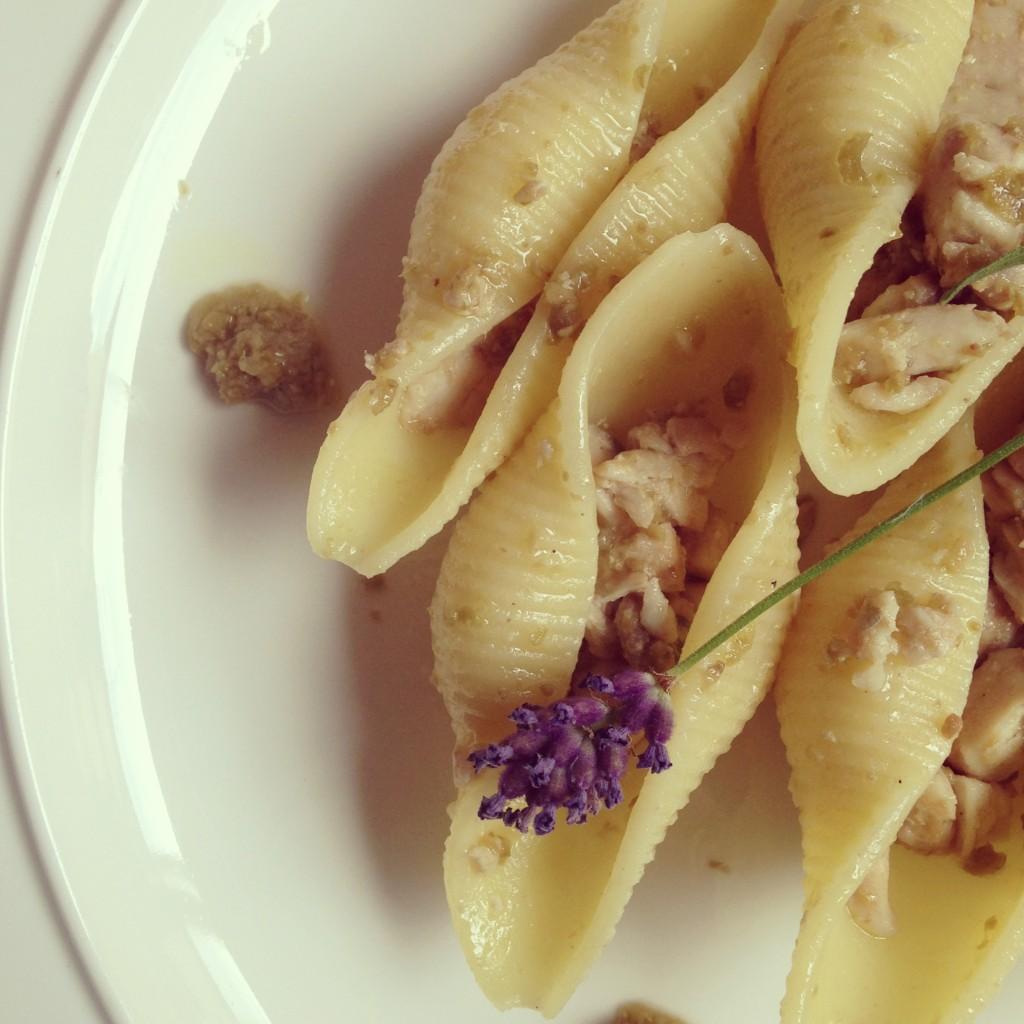 Conchiglioni Matt Monograno con ragù di ricciola, crema di olive verdi e nocciole