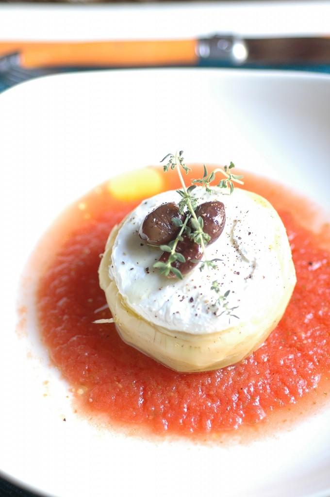 Fondo di carciofo con caprino, olive taggiasche e zuppa di Pomodoro S.Marzano dell'Agro Sarnese-Nocerino D.O.P