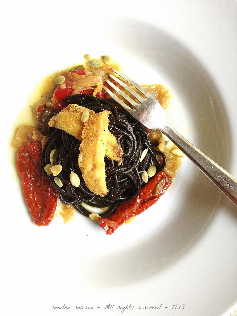 spaghetti al nero di seppia Felicetti con caponata di verdure e alici croccanti