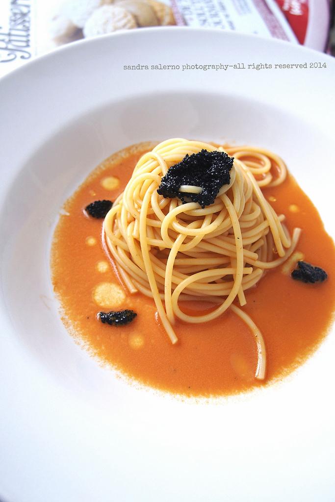 spaghettone matt con zuppetta di carote e caviale vegetale