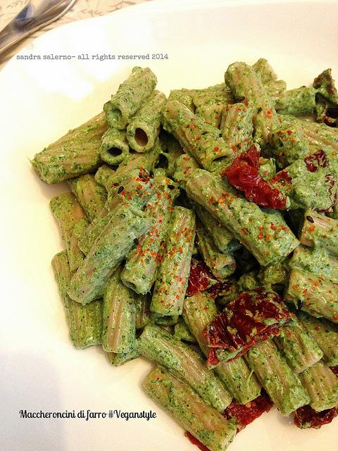 Maccheroncini di Farro Monograno Felicetti con crema di foglie di boraggine e panna di soia