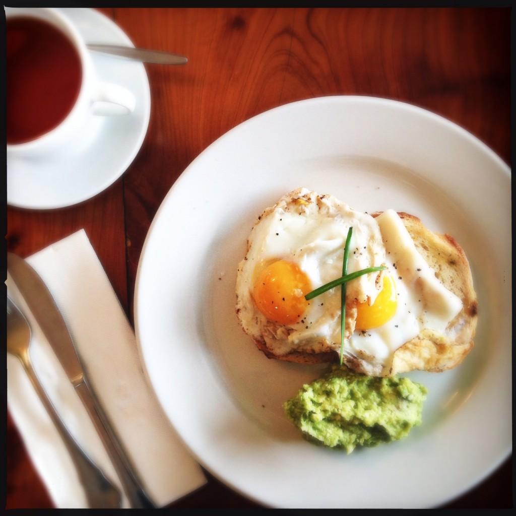 Uova al tegamino con avocado e feta