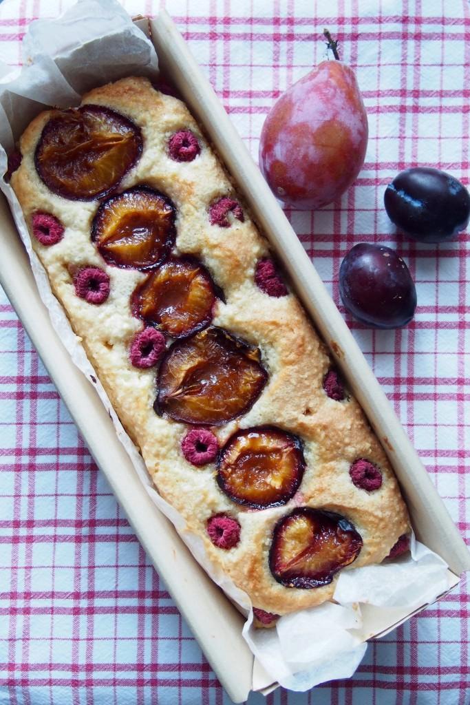 Torta senza glutine con prugne e lamponi