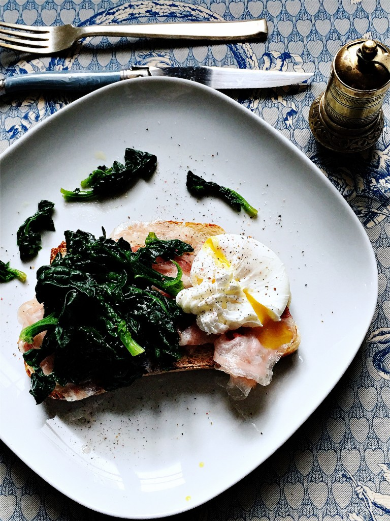 Uovo poché con pancetta arrotolata Fior Fiore e spinacini croccanti