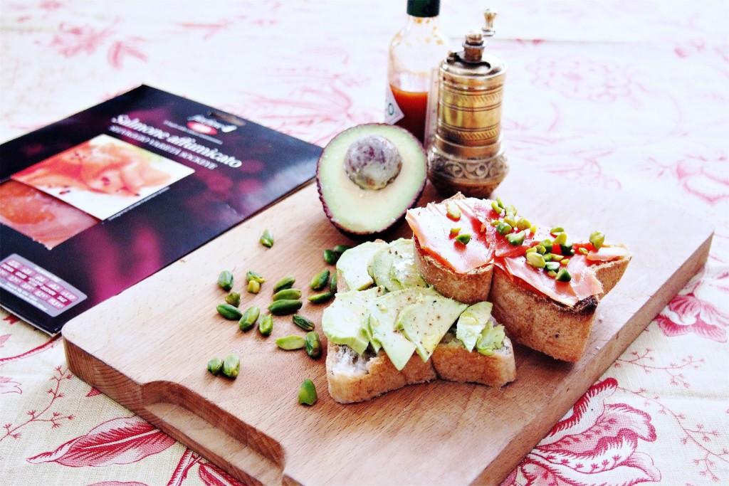 Toast con avocado salmone selvaggio Sockeye e pistacchi 1