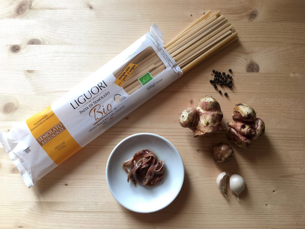 Ingredienti: topinambur+acciughe+aglio+pepe nero+ olio e.v. di oliva