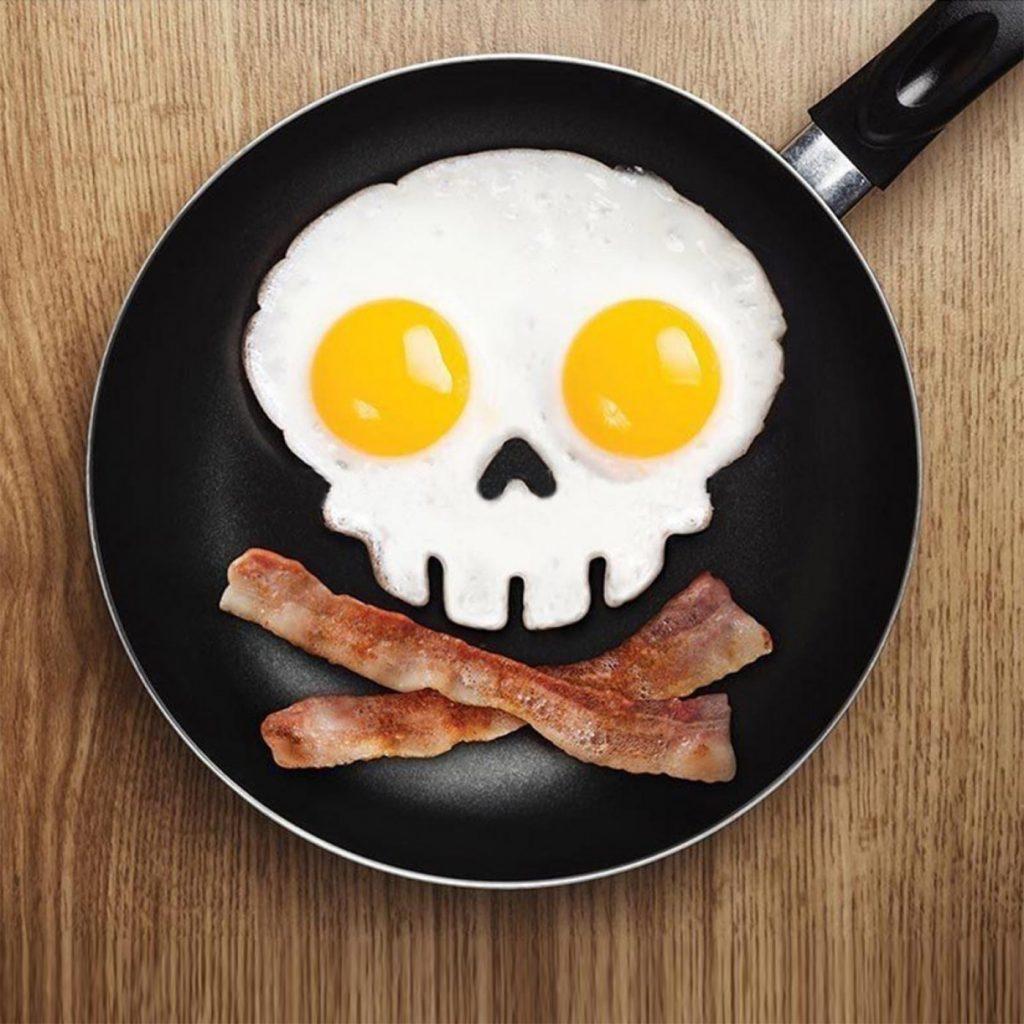 stampo per uova a forma di teschio