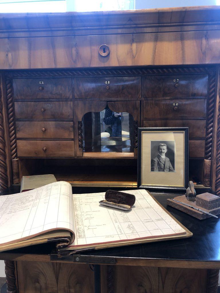la scrivania nello studio di Basil Weixler